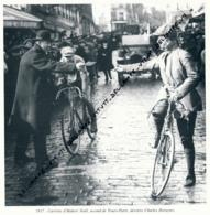 CYCLISME : PHOTO (1917), TOURS-PARIS, L'ARRIVEE D'HUBERT NOEL, SECOND DERRIERE CHARLES DERUYTER, COUPURE LIVRE - Cyclisme