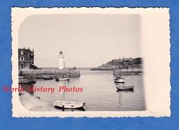 Photo Ancienne Snapshot - BRETAGNE - Port à Situer - Phare - Canot - Belle Isle En Mer ? Quiberon ? Prés Lorient ? - Boten