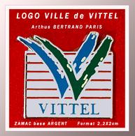 "SUPER PIN'S VITTEL-Arthus BERTRAND : LOGO De La Ville THERMALE De ""VITTEL"" En ZAMAC ARGENT, Format 2,2X2cm - Arthus Bertrand"