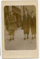 Femme Contre Plongée Portrait Street Rue Photographe Marcheur Passant Robe 30s Hand Tinted Elegance Rppc Carte Photo - Personnes Anonymes