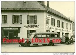 Reproduction Photographie D'un Ancien Bus Garé Devant Un Garage Citroen Ambulance Et Taxi - Reproductions