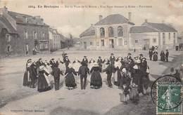 PLUVIGNER - Sur La Place De La Mairie - Une Noce Dansant La Ridée - Pluvigner