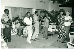 Photo Zaïre Kinshasa. Matonge. Ambiance Et Danse à L'hôtel Oryx  1988 Photo-service PP. Blancs - Africa