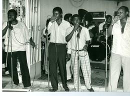 "Photo Zaïre Kinshasa. Matonge. Groupe ""OK Jazz"" à L'hôtel Oryx  1988 Photo-service PP. Blancs - Africa"