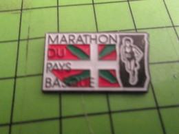 216c Pins Pin's / Rare & De Belle Qualité  THEME : SPORTS / MARATHON DU PAYS BASQUE Putaing Cong ! - Athletics