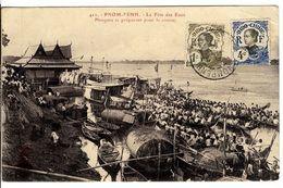 ASIE  CAMBODGE   PNOM PENH  LA FETE DES EAUX   PIROGUE SE PREPARANT POUR LA COURSE - Cambodia