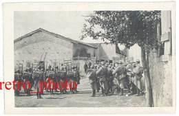 Photo Guerre 1914/1915 - Soldats Dans Village, Revue, Fanfare ( Meuse Ou Meurthe Et Moselle ? ) - Guerre, Militaire
