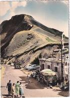 Le Puy Mary: SIMCA 9 ARONDE, RENAULT 4CV, PEUGEOT 203 & 203 BREAK - Buvette-Refuge-Auberge 'Chez Camille' - 1959 - Toerisme