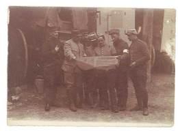 Photo Guerre 1914/1915 - Soldats Brassard Croix-rouge, Lisant Journal : Le Petit Provençal - Guerre, Militaire