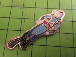 718A Pins Pin's / Rare & De Belle Qualité  THEME : SPORTS / Grand Pin's HOMME-GRENOUILLE PLONGEE SOUS MARINE - Diving