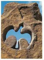 34 - Minerve - Cité Cathare - Stèle à La Mémoire Des Martyrs Cathares Du 12 Juillet 1210 - Sculpteur : Jean-Luc Severac - Altri Comuni