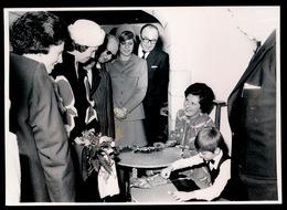 KONINGIN FABIOLA IN GESPREK ST.AMANDSBERG BEGIJNHOF   FOTO 18 X 13 CM   - - Familles Royales