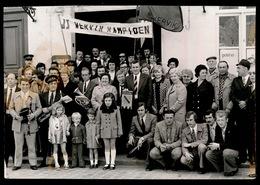 LIEFHEBBERSVOETBAL  J.S. WERVIK OP STADHUIS GEHULDIGD  FOTO 14 X 10 CM  1973 - Wervik