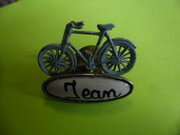 PIN'S ARTISANAL Vélo Prénom JEAN Bicyclette Cyclisme En Métal - Wielrennen