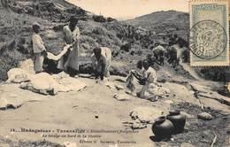 Madagascar - Tananarive - Blanchisseuses Malgaches - Le Lavage Au Bord De La Rivière - Carte Pour La Loire-Atlantique - Madagascar
