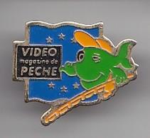 Pin's  Vidéo Magasine De Pêche  Poisson Réf 4724 - Medios De Comunicación
