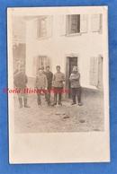 CPA Photo - Front à Situer , Lorraine ? Alsace ? - Groupe De Poilu , Un Soldat Du 5e Régiment D' Artillerie ? - 1915 - Weltkrieg 1914-18