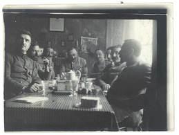 Photo Guerre 1914/1915 - Groupe De Soldats Attablés - Guerre, Militaire