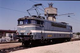 Photo Diapo Diapositive Slide Train Locomotive SNCF BB 9205 à VSG Le 26/04/1996 VOIR ZOOM - Diapositives
