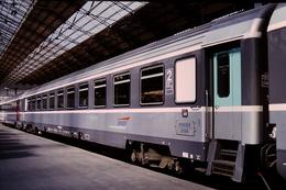 Photo Diapo Diapositive Slide Wagon Voiture SNCF De 2èCl Train Périgueux Brive Paris Austerlitz Le 26/05/1996 VOIR ZOOM - Diapositives