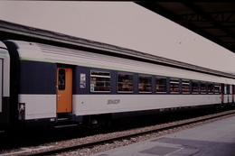 Photo Diapo Diapositive Slide Train Wagon Voiture SNCF 2ècl Sièges Basculants Paris Gare De Lyon Le 03/05/1996 VOIR ZOOM - Diapositives