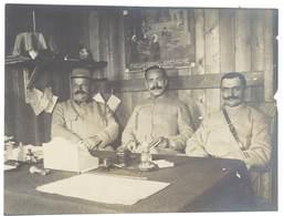 """Photo Guerre 1914/1915 - 3 Soldats Assis Dans Bureau , Panneau """" Excursion En Bretagne """" - Guerre, Militaire"""