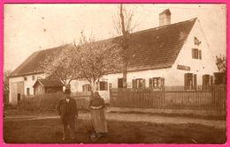 Cp Photo - Couple Devant Maison - Lieu à Identifier - Paysans ? Roumains ? Bulgares ? - Cartes Postales
