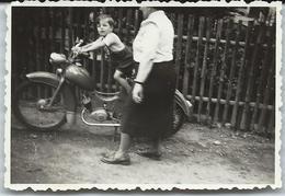 Photo Originale Motocyclette  Sr2 De Veb Simson  Gamin Sur La Mobilette De Papie 1948/58 - Cyclisme