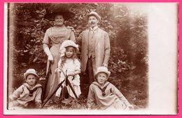 Cp Photo - Famille - Enfants - Parapluie - Lieu à Identifier - Dans Les Bois - Animée - Prénoms Des Personnes Au Dos - Cartes Postales
