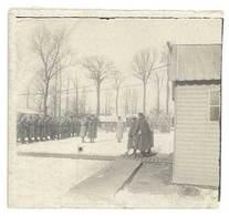 Photo Guerre 1914/1915 - Soldats Dans Cour De Caserne, Revue - Guerre, Militaire