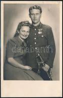 1942 Magyar Királyi Honvédség Hadnagya, Kitüntetésekkel, Műtermi Fotó, 14x9 Cm - Autres Collections