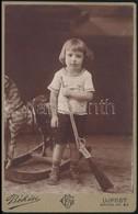 Kisfiú Portré, Hintalóval és Játékpuskával, Keményhátú Fotó, Ujpest, Békési Győző Fényképészeti Műterméből, 16x10 Cm - Other Collections