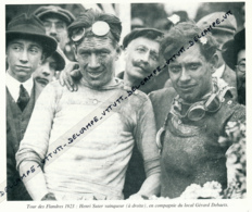 CYCLISME : PHOTO (1923), TOUR DES FLANDRES, HENRI SUTER, LE VAINQUEUR, AVEC LE LOCAL GERARD DEBAETS, COUPURE LIVRE - Cyclisme