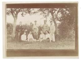 Photo Famille à La Campagne, Soldat - Personnes Anonymes
