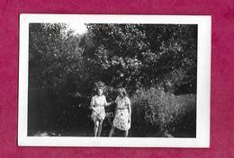 PHOTO 9 X 6,5 Cm ..FEMMES, PIN UP Les Pieds Dans La Rivière - Pin-up