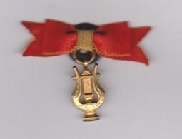 """Ancienne Médaille Insigne Des Militaires""""LYRE""""Musique Et Fanfare""""ruban Rouge Et Or""""métal Doré - Insignes & Rubans"""