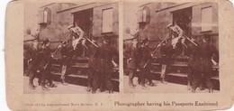 STEREO PHOTOGRAPHY 'PHOTOGRAPHER HAVING HIS PASSPORTS EXAMINED' (801) - Stereoscoop
