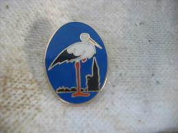 Pin's De L'Embleme Des Mines De Potasse D'Alsace, (MDPA) Cigogne Sur Fond Bleu - Animals
