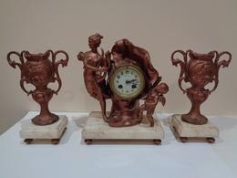 Antiguo Reloj De Sobremesa Con Escultura Titulada L'AUBE Y Con Dos Copas/ Jarrones A Juego S. XIX. Art Nouveau. - Watches: Old