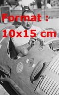 Reproduction D'une Photographie Ancienne D'un Portrait De Juan Manuel Fangio Au Volant De Son Bolide En 1952 - Reproductions