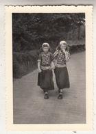 Marken - Jonge Meisjes In Klederdracht - Foto Formaat 7 X 10 Cm - Anonieme Personen