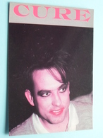 Robert SMITH - THE CURE ( 1494 - Made In E.E.C.) Anno 19?? ( See/zie/voir Photo ) ! - Chanteurs & Musiciens