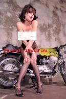 Reproduction D'une Photographie D'une Belle Brune En Collant Résille Assise Sur Une Moto Guzzi - Reproductions