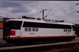 Photo Diapo Diapositive Slide Train Locomotive Electrique SNCF BB 17059 à Pont Cardinet Le 28/06/1996 VOIR ZOOM - Diapositives