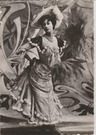 18/12/245  -    JEUNE FEMME  ÉLÉGANTE  1900  - C. P. M - Femmes