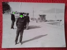 ANTIGUA FOTO FOTOGRAFÍA OLD PHOTO GRUPO DE PERSONAS HOMBRES EN PUERTO A IDENTIFICAR CON PARECE BARCO PESQUERO SHIP BOAT - Boten