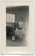 4 Femmes Et Un Enfant Devant Une Table. Carte Photo - Femmes