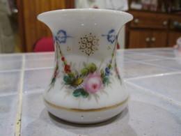 Petit Pot En Porcelaine Ancien - Fleurs Et Rubans - Céramiques
