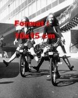 Reproduction D'une Photographie Ancienne De Deux Femmes Les Jambes écartés Sur Un Vélosolex 50 à Londres En 1968 - Reproductions