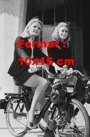Reproduction D'une Photographie Ancienne De Deux Belles Femmes En Tailleur Sur Un Vélosolex 50 En 1968 - Reproductions